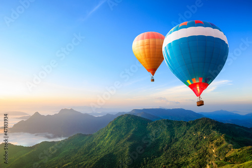 Ingelijste posters Ballon Colorful hot-air balloons flying over the mountain
