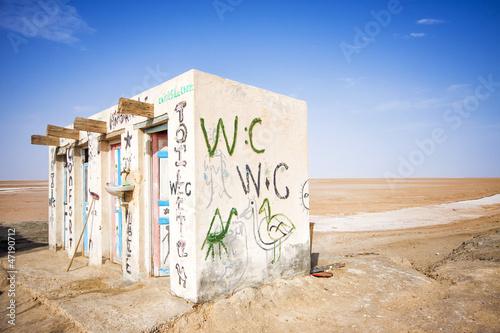 Poster Tunesië Public toilets in the salt lake of Chott El Djerid, Tunisia