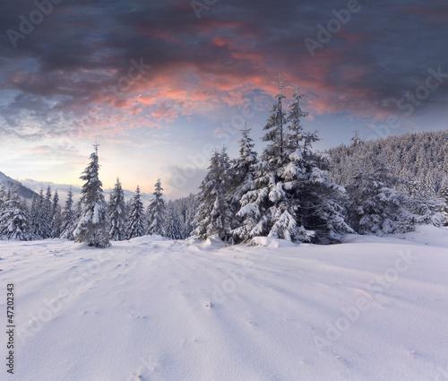 piekny-zimowy-krajobraz-w-gorach-sunri