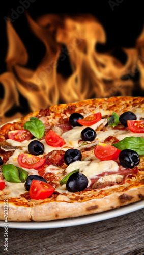 Poster Fleur Delicious italian pizza served on wooden table
