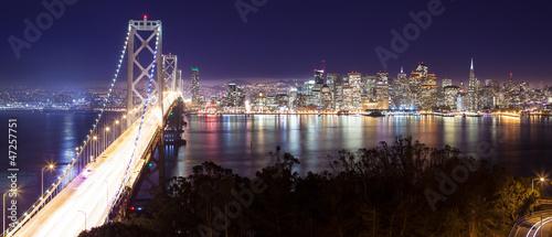 Panorama di San Francisco e Bay Bridge di notte