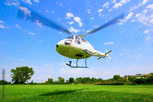 Poster de jardin Hélicoptère Hubschrauber Start vor blauem Himmel