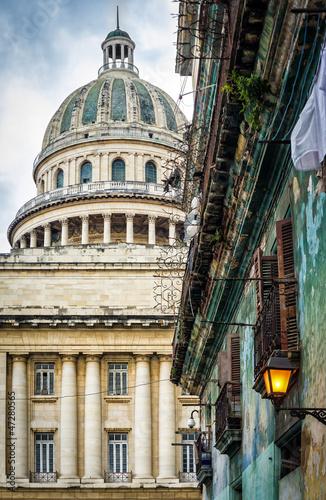 stary-budynek-w-hawanie-z-capitol-w-tle