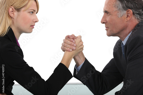 Fotografía  Boss and employee having an arm wrestle
