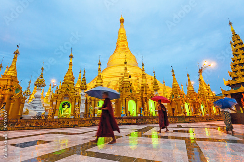 Photo  Shwedagon Pagoda at early morning in Yangon, Myanmar.