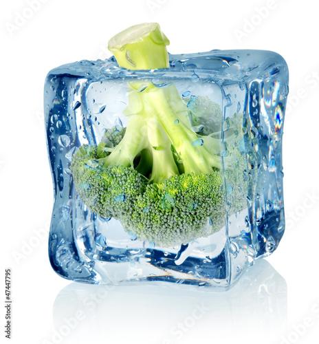 Poster Dans la glace Broccoli in ice