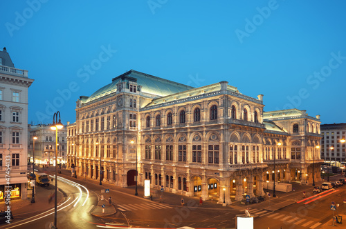 Tuinposter Wenen Vienna Opera House at night.