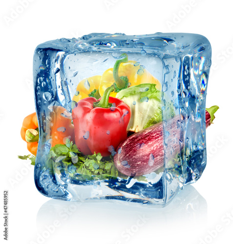 Poster Dans la glace Ice cube and vegetables