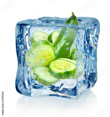 Staande foto In het ijs Ice cube and cucumber