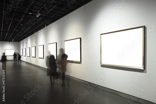 Fotografía  empty frames in museum