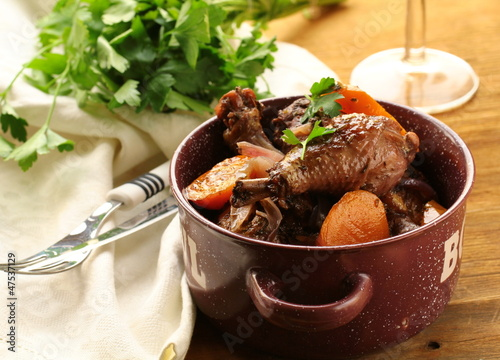 Photo chicken in wine, coq au vin - traditional French cuisine