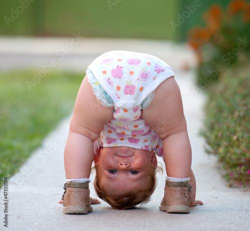 Plakat Dziecko gra właśnie na ulicy