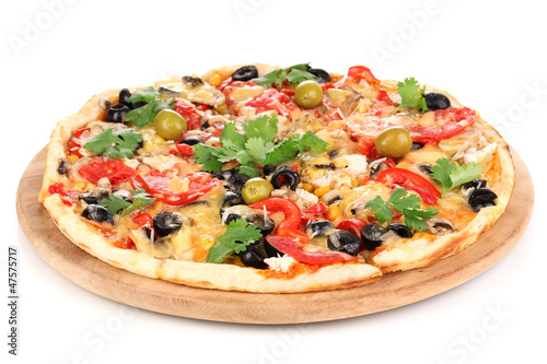 Photo  Tasty pizza with vegetables, chicken and olives isolated