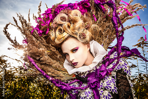 dramatyczny-wizerunek-zmyslowej-dziewczyny-mody-art-photo