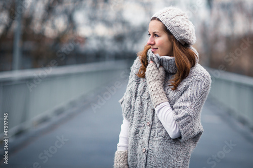 Fotomural  Autumn portrait: young woman dressed in a warm woolen cardigan