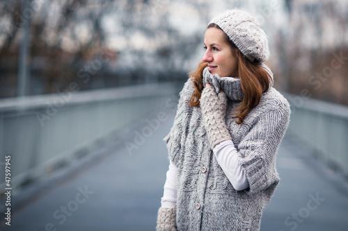 Fotografía  Autumn portrait: young woman dressed in a warm woolen cardigan