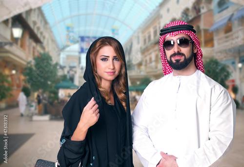 Arabian Couple Shopping in the mall Fototapet