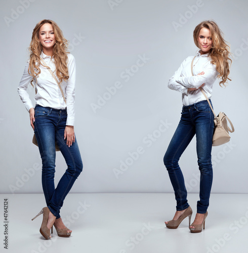 Photo  Beautiful happy twins on a grey background