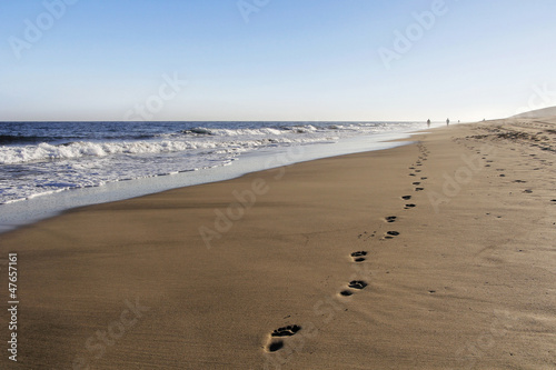 Foto-Leinwand - Die Spur am Strand 2