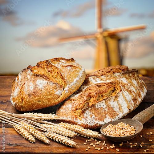 Nowoczesny obraz na płótnie Świeżo upieczony chleb w tle młyna