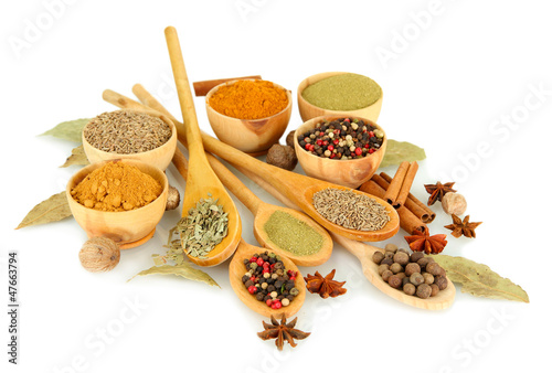 In de dag Kruiden 2 wooden bowls and spoons with spices isolated on white