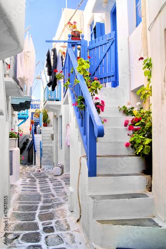 Obraz Piękna bielona ulica w starym miasteczku Mykonos, Grecja - fototapety do salonu