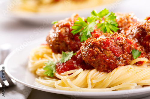 Spoed Fotobehang Klaar gerecht pasta with meatballs and parsley