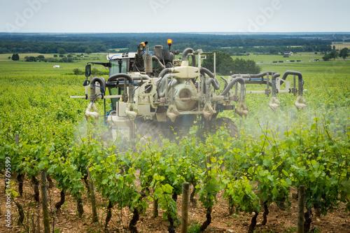 Fotografía  traitement chimique dans les vignes