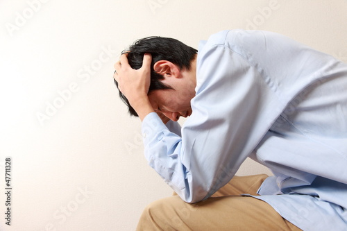 Fotografie, Obraz  頭を抱える男性