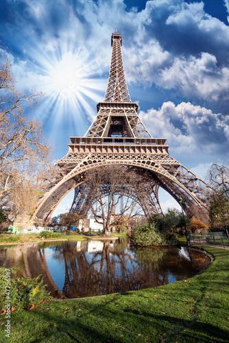 paryz-wspanialy-szeroki-kat-widok-wieza-eifla-wewnatrz