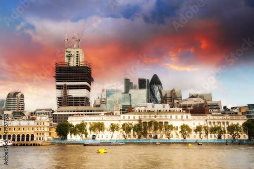 zachod-slonca-nad-centrum-finansowym-londynu