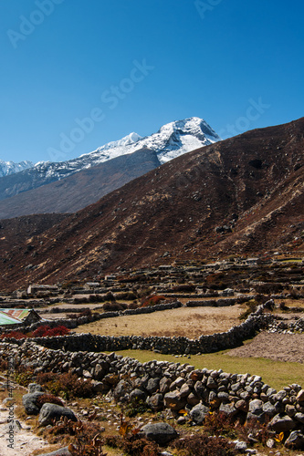 Staande foto India Himalaya landscape: snowed peaks and sherpa village