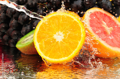 Poster Eclaboussures d eau Pure fruit in a spray of water