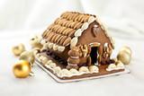Świąteczny domek z piernika z bakaliami bogato zdobiony