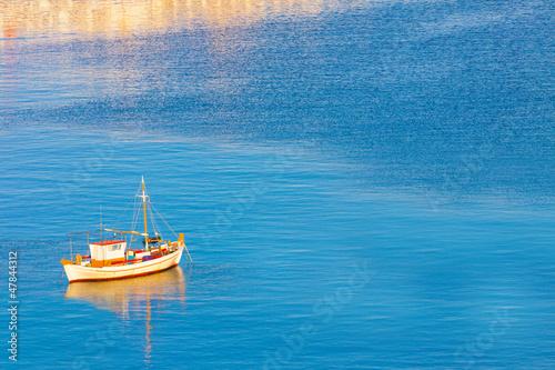 biala-lodz-przy-switem-santorini-wyspa-grecja