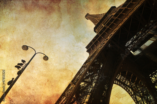 Eiffelturm auf antiker Papiertextur