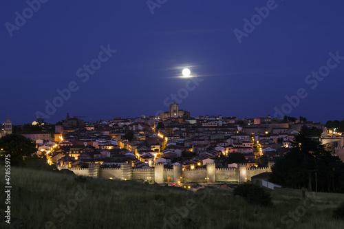 ciudad amurallada bajo la luz de la luna. Ávila. España