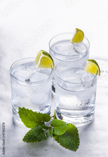 Zimna woda mineralna z cytryną