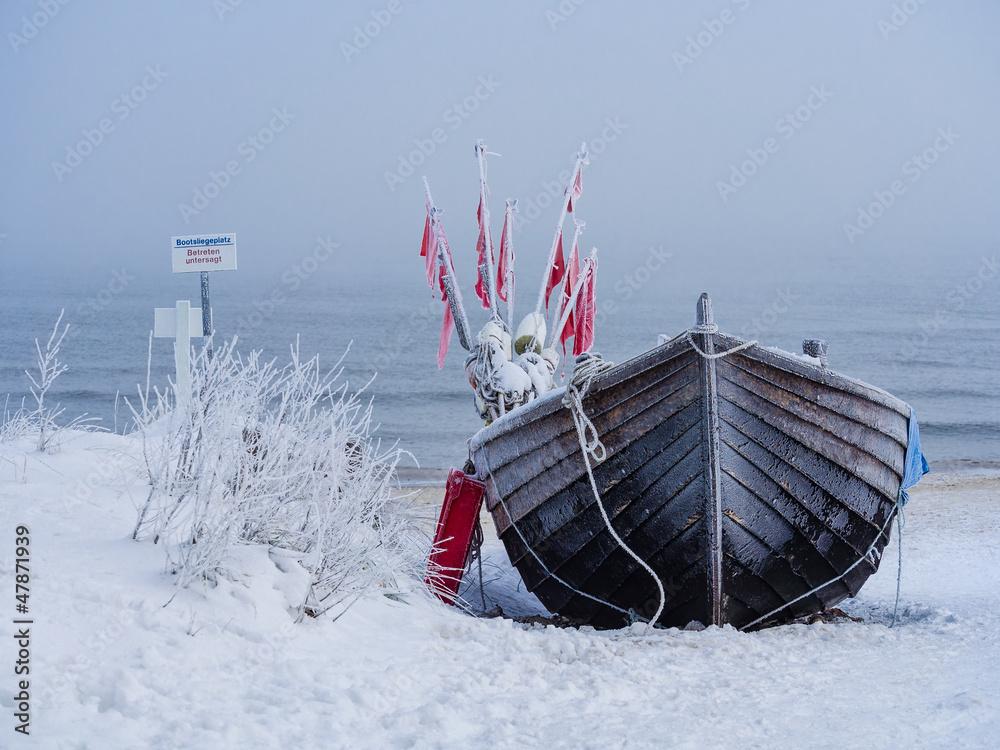 Fototapety, obrazy: Ein Fischerboot auf der Insel Usedom im Winter.