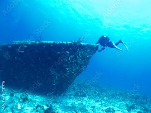 Foto op Canvas Schipbreuk diver exploring a wreck