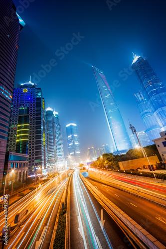 oswietlone-miasto-noca