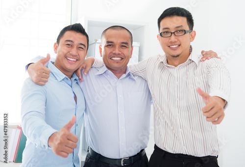 Foto  Daumen hoch Südostasiatische Geschäftsleute