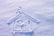 Domek narysowany na śniegu