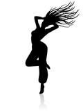 Frau mit wirbelnden Haaren beim Zumbatanzen