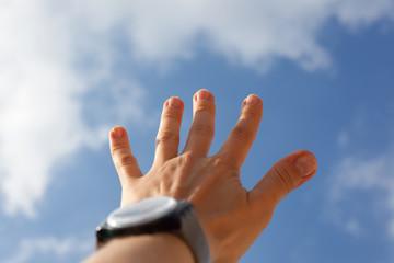 Wyciągnięta ręka do nieba