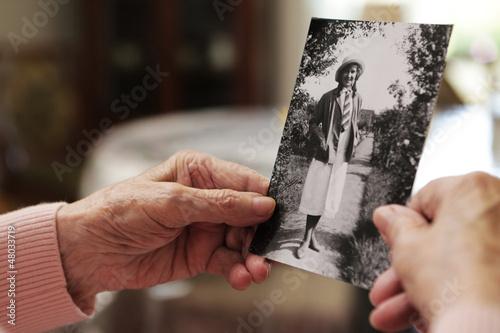 Canvastavla Seniorin mit altem Foto aus ihrer jugend