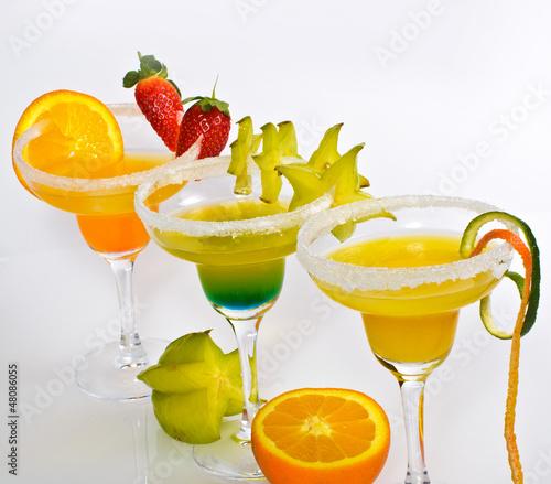 Fruchtige Cocktails mit Obst - 48086055