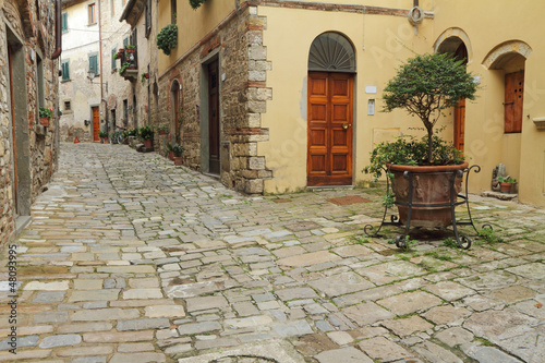 Deurstickers Toscane narrow italian street and small patio in tuscan village