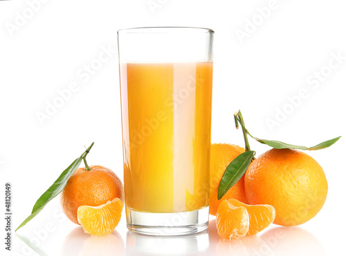 Foto op Canvas Sap glass of juise and ripe sweet tangerine with leaf, isolated