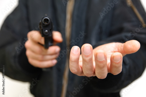 Obraz na plátně 拳銃を持って金品を要求する強盗犯